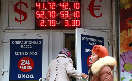 Курс доллара впервые поднялся выше 42 руб.