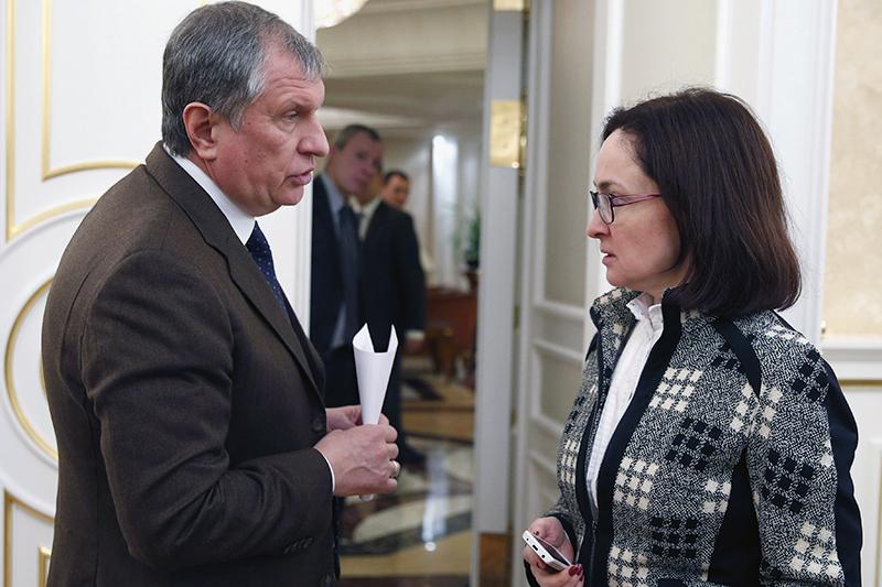 Сбили с курса: как война, санкции, нефть и ЦБ уронили рубль